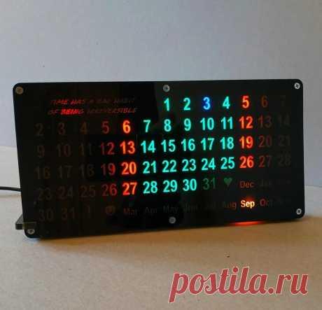 Электронный «вечный календарь» своими руками Этот вечный календарь показывает текущее число и месяц. Корпус календаря сделан из акрила, а индикация подсвечивается с помощью светодиодов. Инструменты и материалы:-Темный акрил 3 мм;-Темный акрил 5 мм; -Крпеж;-Цветная бумага;-Адресуемая светодиодная лента WS2812;-Модуль ESP-01;-Понижающий