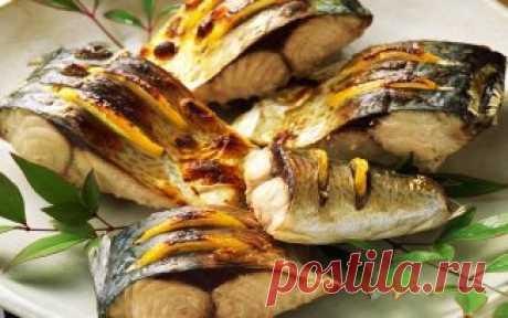 ТОП-10 MEJOR DE DE PEZ\u000aDe los PLATOS a la MESA DE FIESTA Conserva a él para no perder 1. Rybka bajo el queso\u000aLos INGREDIENTES: ● la Trucha (u otro pez de mar) 1 kg ● el Huevo de gallina 4 piezas ●\u000aEl queso magro 100 g ● el Yogurt los 4 art. naturales de l. ● la sal, el pimiento por gusto la PREPARACIÓN:\u000a1. Batir los huevos, añadir el queso rallado, el yogurt, salar, echar pimienta. 2. Los filetes\u000aLas truchas poner al asador cubierto con el pergamino, regar por la mezcla de los huevos.\u000aCocer a 240 grados de 15-20 minutos. 2. La caballa cocida con la naranja\u000aEL INGREDIENTE
