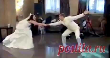 Забавный танец жениха с невестой Им удалось ввести в заблуждение гостей пафосным началом своего танцевального выступления. Марш Мендельсона, наряды в классическом свадебном цвете.