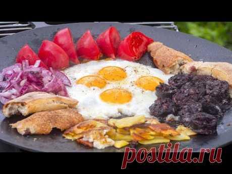 Правильный завтрак, чтобы сажать картошку. Яичница в испанском стиле с кровяной колбасой