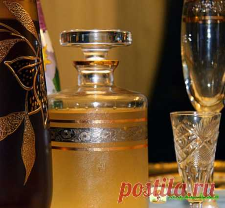 Домашняя хреновуха. Фирменный рецепт  На три литра любой водки -4 горошины душистого перца -4 бутона гвоздики -корица на кончике ножа -3 ст. л. светлого меда-корень хрена Мед растворить в стакане или кружке водки, в 5-ти литровую бутылки…