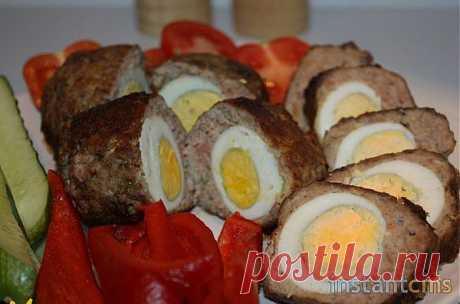 Готовим оригинальные яйца по-шотландски   Очень интересный и простой рецепт прекрасно подходит как для горячей, так и холодной закуски. Для приготовления яиц по шотландски нам понадобятся следующие продукты: 5 вареных куриных яиц и 2 сырых, 300 г свинины, 300 г говядины, немного растительного масла, соль по вкусу, 1 ч. л. базилика, 0,5 ч. л. тертого мускатного ореха, мука для панировки.