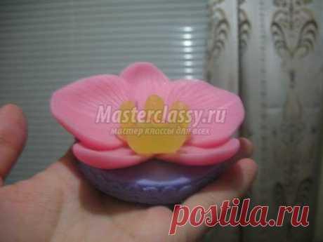 El jabón de fiesta por las manos. La orquídea. El maestro la clase con poshagovymi la foto