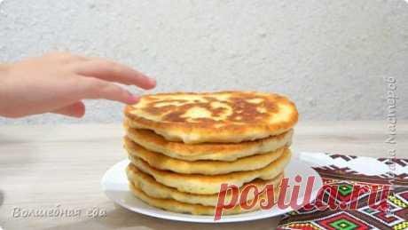 Картофельные лепешки. Тырят прямо со сковороды Они настолько вкусны, что их можно есть и есть. Рецепт приготовления картофельных лепешек очень простой. Вкусные как в горячем, так и в холодном виде. Дети их просто обожают. ЭТО ОЧЕНЬ ВКУСНО!!! Ингредиенты: • Мука – 600 г • Молоко – 250 мл • Картофельное пюре – 350 г • Масло подсолнечное – 50 мл + • Соль – 2 ч. л. • Сахар – 1 ч. л. • Дрожжи сухие – 1 ч. ...