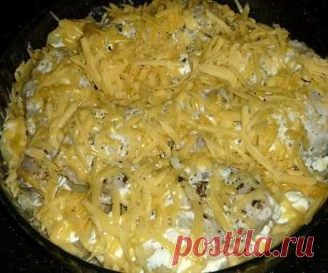 Картошка с куриными ножками в духовке  Ингредиенты: 6 куриных ножек; 1 кг картофеля; 250 г сметаны; соль, сухие травы, перец - по вкусу; 2 зубчика чеснока; 300 г сыра.  Приготовление: Куриные ножки солим, перчим, посыпаем сухими травами, добавляем чеснок, пропущенный через пресс, и сметану. Перемешиваем и оставляем минут на 30.  Очищенный картофель режем достаточно тонкими кружками, солим, перчим, выкладываем в жаропрочную форму.  На картошку выкладываем куриные голени, за...