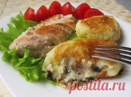 Картофельные зразы с грибами  Ингредиенты: - 600 г картофеля - 150 г шампиньонов - 70 г репчатого лука - 30 г сливочного масла - 1/2 стакана муки (или панировочных сухарей) - 1 яйцо - растительное масло - соль  Приготовление: 1. Картофель очистите, нарежьте кусочками, отварите до готовности в подсоленной воде. Слейте воду, добавьте яйцо и сливочное масло, приготовьте пюре. 2. Лук мелко покрошите. Грибы обмойте и нарежьте небольшими кубиками или брусочками. 3. ...