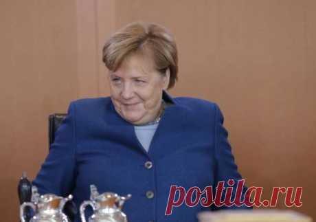Меркель эпично упала на сцене перед выступлением в Берлине | Офигенная