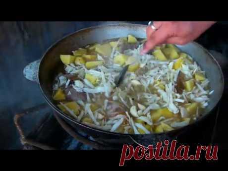 Los shchi rusos en kazane \/ el plato nacional \/ la comida rural