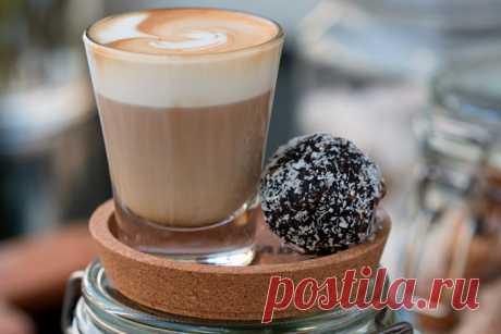 Кофе кортадо: рецепт приготовления в домашних условиях Кортадо — невероятно нежный кофе, покоривший сердца немалого количества кофеманов. Разобраться в тонкостях его приготовления не составит труда.