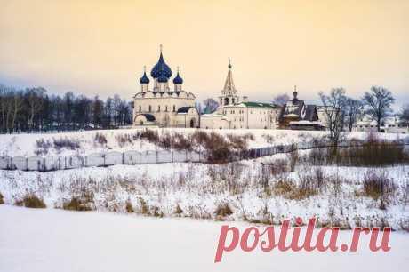 Зимний Суздаль, или колыбель «Золотого Кольца» – удивительное место для полноценного отдыха поодаль от суеты больших городов. Суздаль прекрасен в любое время года, но особо он прекрасен зимой: город является своеобразным хранителем сказочной зимней погоды, позволяя в буквальном смысле прикоснуться к истинной русской зиме.