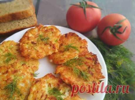 Нежнейшие крабовые оладушки  Попробуйте на завтрак приготовить нежнейшие, сочные крабовые оладушки с сыром и кабачком. Продуктов требуется совсем немного, а результат вас приятно удивит.  Ингредиенты:  Крабовые палочки — 5 шт. Сыр (плавленный) — 80 г Кабачки — 50 г Яйцо — 1 шт. Соль — 1 щепотка Мука блинная — 3 ст. л. Майонез — 1 ст. л. Масло подсолнечное — 4 ст. л.  Приготовление:  1. Крабовые палочки натереть на мелкой тёрке. Плавленного сыра нужно взять один брикет, нат...