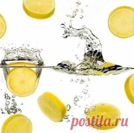 """Несколько причин выпить воду с лимонным соком Гастроэнтерологи назвали 7 веских причин, по которым день следует начинать со стакана воды с лимоном.Тебе понадобится всего 2 минуты на то, чтобы сделать этот """"эликсир жизни"""", зато сколько пользы!1. Ты укрепишь иммунную систему. Лимон богат витамином С и калием. Он стимулирует мозг и..."""