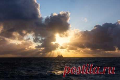 Барк «Седов» в Южной Атлантике. Фото с барка «Крузенштерн» во время экспедиции парусников Росрыболовства. Автор снимка — Валерий Притченко.