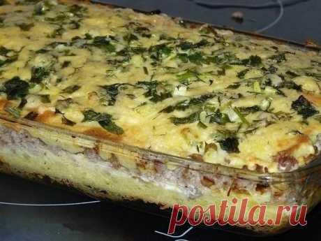 Картофельная запеканка   Ингредиенты:   5-6 картофелин, 500 грамм фарша, луковица, 3 яйца, немного сыра, свежая зелень.   Приготовление:  1. Картофель вымыть, почистить и сварить до готовности. Сделать хорошее пюре, добавив в картошечку сливочное масло, немного молока и одно сырое яйцо.  2. Лук нарезать помельче, обжарить. Добавить к луку фарш и хорошо обжарить, практически до готовности.  3. В форму для выпечки выложить ½ часть картофельного пюре, разровнять.  На картофел...