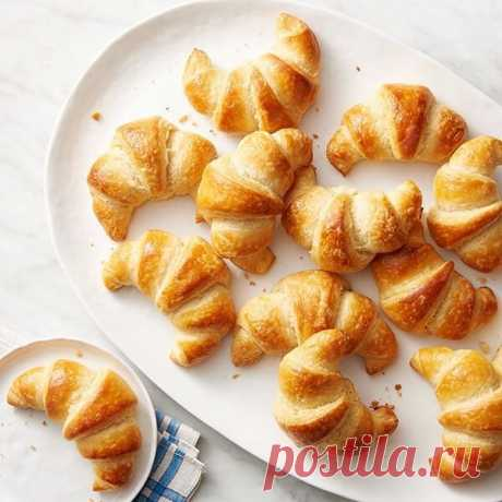 Рогалики с яблоком #лакто_вегетарианство@just_veg  Ингредиенты:  Творог – 300 г Масло сливочное – 150 г Мука – 300 г Сахар – 20 г + 1 ст. л. Пекарский порошок – 1 ч. л. Корица – 2 ч. л. Яблоки – 1–2 шт.  Приготовление:  1. Смешать муку с пекарским порошком. 2. Охлажденное сливочное масло втереть в муку. 3. Добавить сахар, творог и вымесить тесто. 4. Охладить в холодильнике примерно 1–2 часа. 5. Очистить яблоки и нарезать маленькими кубиками. 6. Смешать с корицей и 2 ст. л....