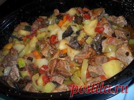 Как приготовить жаркое в мультиварке  Ингредиенты: мясо - 500 г грибы - 500 г картофель - 1 кг лук репчатый - 1 шт соль и специи по вкусу лавровый лист, зелень (по желанию) растительное масло сливки= сметана= вода в объеме 2 стакана.  Приготовление: 1. Все вымыть, очистить и нарезать. Мясо нарезать кусочками (среднего размера), грибы - пластинами, картофель - брусочками, лук полукольцами.В чашу мультиварки налить растительное масло, выложить мясо, закрыть крышку, установит...