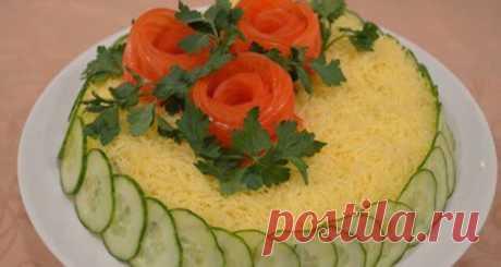 Вкусный праздничный салат «Белая ночь» Представляем вам рецепт салата кпраздничному столу. Готовится онпросто ибыстро. Продукты используются доступные. Такой салат станет украшение вашего праздничного стола. Оннежный,ароматный ибезумно вкусный. Для салата будем использовать маринованные шампиньоны.