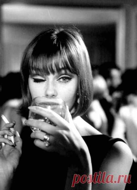 Как хорошо сидеть в кафе напротив