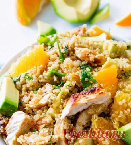 Салат с киноа курицей и апельсинами. Сытный, полезный салат идеален для легкого ужина! Ингредиенты для этого салата можно приготовить заранее, а перед подачей просто собрать и заправить.