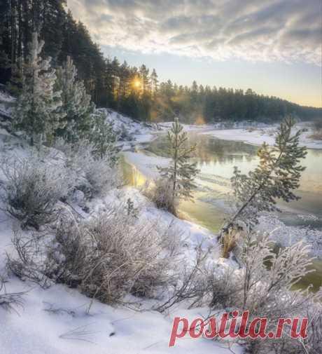Зимний берег реки Белая Холуница, Кировская область. Фото — Михаил Устюжанин. Доброе утро.