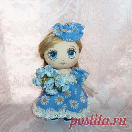 АВТОРСКИЕ КУКЛЫ И ТЕДДИ 👸🐘 в Instagram: «Решила моя Алиса встретить весну с цветочками, как раз голубенькие , в цвет платьица. Девчужка продается, 19 см без цветочка, стоит и…»