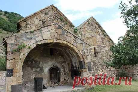 Սրբանեսի Վանք Սրբանեսի վանքը (կառուցվել է VIII-XVII դարերում), որը հայտնի է նաև Սուրբ Հովհաննես կամ Հովհան Օձնեցու վանք անուններով, գտնվում է Հայաստանի Լոռու մարզում, Արդվի գյուղի հյուսիսարևմտյան եզրին։ Վանքային համալիրը բաղկացած է միմյանց կից թաղածածկ երկու եկեղեցուց և զանգակատնից,վանական շինություններից ։ Վանքի տարածքում են գտնվում նաև խաչքարեր, քառակող կոթողը, տնտեսական և բնակելի շինությունների փլատակները։ Երկու եկեղեցիների հորինվածքային տարրերը վկայում են, որ եկեղեցիները միաժամանա