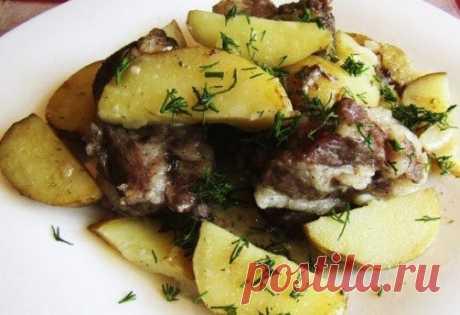 Молодая картошка со свиными рёбрышками в духовке