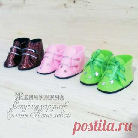 Изготовление обуви из ткани для кукол Существует огромное количество фасонов обуви для текстильных игрушек,сегодня мы изготовим ботиночки.
