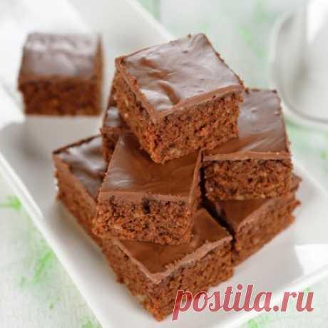 Простые шоколадные пирожные. Обалденно вкусно! Ингредиенты:  сахар 1 стакан  мука 1 стакан  молоко 1 стакан  растительное масло 1/2 стакана  яйца 2 шт.  темный какао-порошок без сахара 5 ст.л.  ванилин на кончике ножа  разрыхлитель 1 ст.л.    горсть измельченных орехов Приготовление: 1. Взбить с помощью миксера сахар, какао, молоко и растительное масло. Перелить половину смеси в отдельную миску. 2. Добавить яйца, ванилин и муку, просеянную с разрыхлителем, орешки, взбить миксер