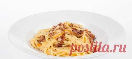 Спагетти карбонара. Видеорецепт Довести хорошо посоленную воду до кипения. Сварить спагетти до состояния аль-денте. Сохранить немного бульона от пасты, он может понадобиться. Остальное слить.