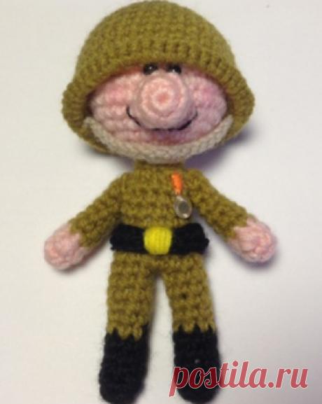 PDF Солдатик в подарок на праздник 23 февраля. Бесплатный мастер-класс, схема и описание для вязания игрушки амигуруми крючком. Поздравление с праздником своими руками. FREE amigurumi pattern. #амигуруми #amigurumi #схема #описание #мк #pattern #вязание #crochet #knitting #toy #handmade #рукоделие #поделки #pdf #кукла #солдат #солдатик #23февраля #мальчик #военный #воин