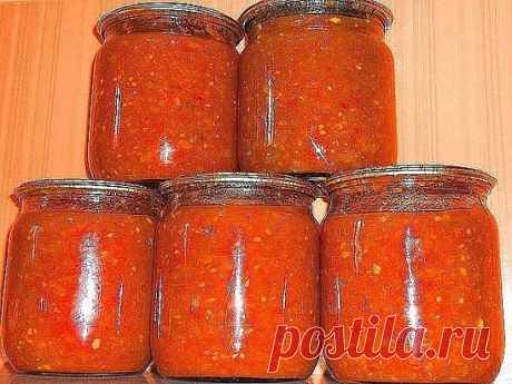 Соус на зиму. К любому блюду. 2 кг подготовленных помидоров( помытых, обрезанных от всего лишнего) 2кг подготовленных перцев( помытых и почищенных, т е в готовом к переработке виде) 100гр очищенного чеснока 2/3 стакана сахарного песка 2/3 стакана растительного(подсолнечного рафинированного) 1 столовая ложка соли с небольшой горкой специи(сушеные травки) пол чайной ложки, можно и без них. 1 чайная ложка 70% уксусной эссенции В УЖЕ ВЫКЛЮЧЕННОЕ . Пропускаем в мясорубку чеснок, помидоры