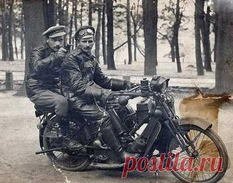 Бравые прапорщики автомобильной роты Российской Императорской Армии. 1916 год.