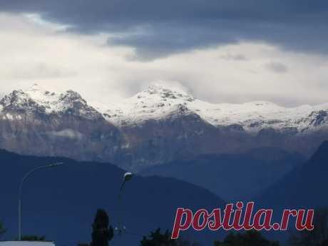 А у нас в Абхазии первый снег в горах? У вас уже выпал снег? Если да ставьте лайк   Тур в Мир   Яндекс Дзен