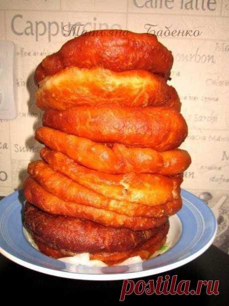 Любимые беляши моего мужа, в диаметре 14-15см, очень вкусно.  Ингредиенты на 20 шт.:  Тесто: 800г воды 17г.дрожжей (сухих) 2.5ст.л.сахара 1ч.л.соли 4 ст.л.подсолнечного масла мука  Начинка: Фарш домашний 800г 3луковицы измельчить соль, перец.  Приготовление:  В воде растворить дрожжи, сахар и соль, постепенно вмешивать муку, добавляя масло, Тесто должно получиться мягким. Осталяем его на 1-1.5 часа и оно увеличится в 3 раза. Тесто будет пышное, воздушное. Делим на 20 кусоч...