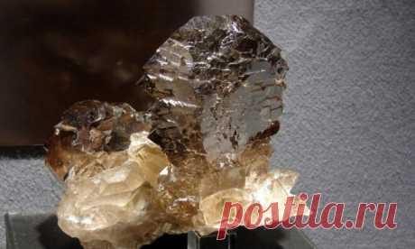 Камень Раухтопаз: свойства, кому подходит по знаку зодиака, фото, цвет и значение | Всё про амулеты | Яндекс Дзен