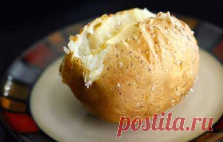 Картофель запеченный в фольге — идеальный гарнир для гриля. Сложно сказать, чего тут больше — пользы или вкуса. В картофеле, запеченном в фольге, сохраняется большинство витаминов и микроэлементов. Кроме того, крахмал в таком картофеле не разрушается. В результате вы получаете прекрасный сложный