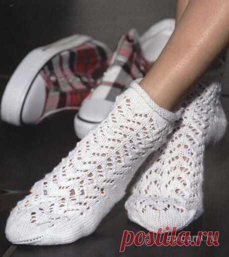 Вязаные ажурные носочки спицами Красивые ажурные носочки связаны спицами. Ажурным узором вяжется только верхняя часть носка, пятка и ступня выполняются лицевой гладью. Вам потребуется: