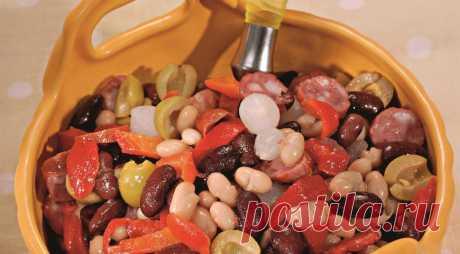 Салат из фасоли с колбасками - ПУТЕШЕСТВУЙ ПО САЙТУ. Сытный и вкусный салат с колбасками – отличное решение для пикника. Для того, чтобы приготовить такой салат, можно использовать и отварную, и консервированную фасоль. Особенно вкусно получится, если вы добавите в салат колбаски, приготовленные на гриле.  ИНГРЕДИЕНТЫ перец красный сладкиймаринованный – 100 г копченые колбаски – 4 шт. фасолькрасная …