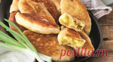 «Лапти» с картофелем - жареные пирожки ИНГРЕДИЕНТЫ 200 мл молока 180 г сливочного масла 550 г муки 1 пакетик (7–11 г) сухих дрожжей 4 ч. л. сахара 1 ч. л. соли Для начинки: 5–6 средних картофелин 3 средние луковицы растительное масло соль, свежемолотый черный перец