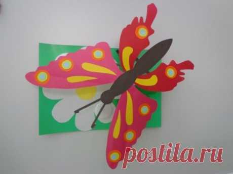 Аппликация бабочка, простые схемы для взрослых и малышей Красивая аппликация бабочка может быть изготовлена из любых материалов - бумаги, картона, ткани, крупы. Нюансы выбора сырья для детского рукоделия, советы начинающим.