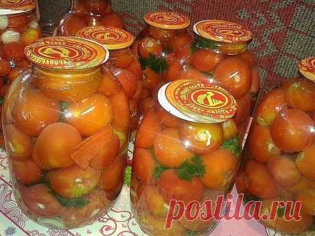 Готуємо смачні помідори за простим рецептом Оецепт приготування смачних консервованих помідорів.    Спосіб приготування    У помідорів вирізаємо плодонжку і вставляємо по зубчику часнику.Укладаємо їх в банку, і прослоюємо гілочками селери, петрушки, часточками болгарського перцю.    Додаємо 0,5 середнього стручка гіркого перцю і заливаємо ок