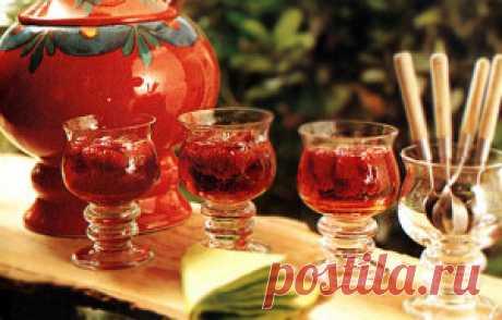 Клубничный пунш  отличный напиток идеально подходит для таких торжеств как  свадьба или дни рождения.