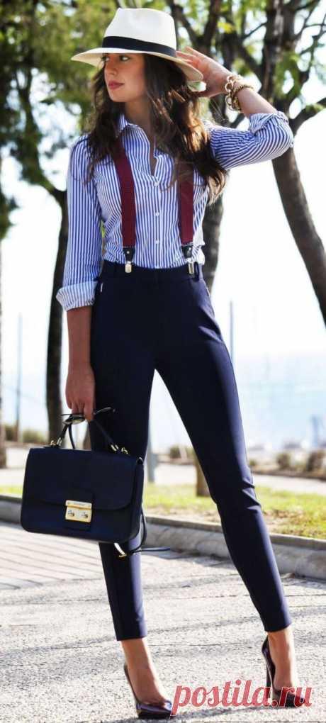 Отборные образы с женскими рубашками и блузками на 2017 Луки с рубашками для офиса, работы и деловых встреч Несмотря на деловой стиль, этот образ с белой рубашкой в синюю полоску и темно-синими брюками очень женственный и привлекательный. Подтяжки и шляпа…