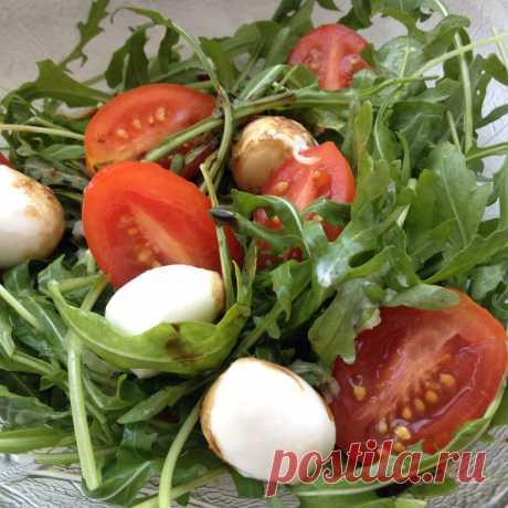 Салат из рукколы с моцареллой