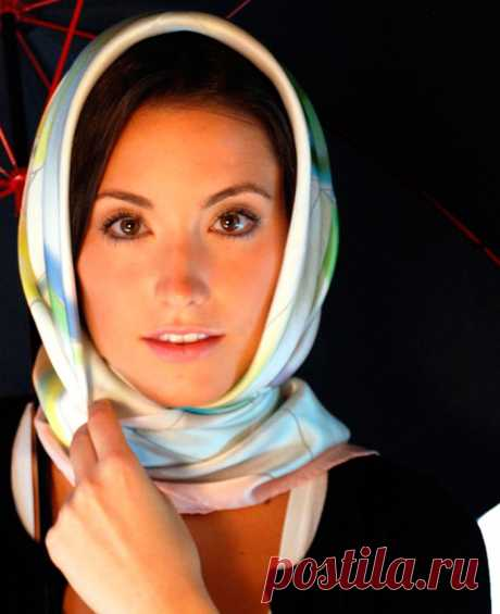 Как завязать платок, чтобы он не спадал - маленькие хитрости Если невидимки не подходят, а ободок неудобен, вы можете воспользоваться брошью или булавкой, чтобы приколоть платок к элементам вашей прически или к предварительно заколотым волосам. Будьте осторожны с острым кончиком и не забудьте спрятать булавку под верхний слой платка на голове.   Если платок не шелковый, он не будет спадать, если вы его просто накинете на голову, перекрестите концы платка возле шеи и откине...