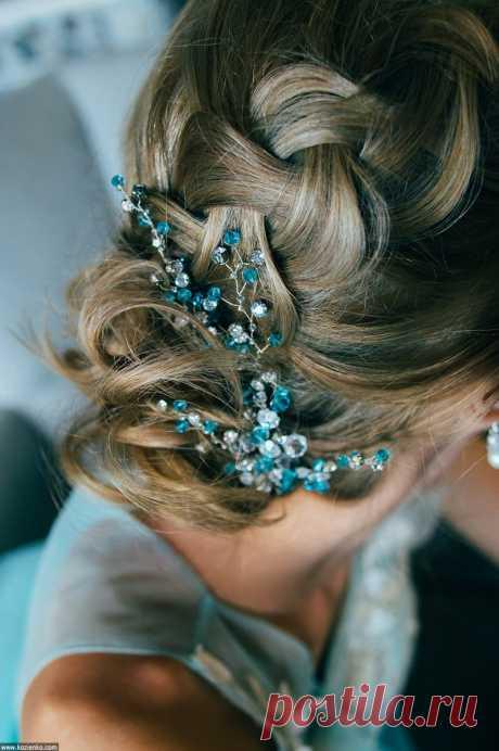 Прическа с плетением украшена веточкой сбирюзовыми  кристаллами сваровски ручной работы. Стилист и дизайнер Анна Ефимова.