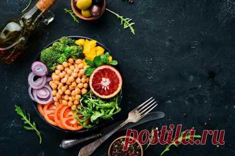 Как питаться, чтобы похудеть без диет? Список продуктов и меню на неделю С одной стороны, питание для похудения подразумевает контроль над съедаемыми калориями. С другой стороны, не все калории одинаковы. Роль играет не только энергетическая ценность продуктов (и даже не с...