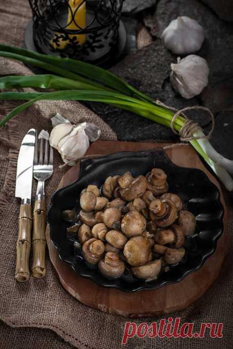 """Шампиньоны с чесноком Магистра Иллирио. """"Игра престолов""""           Magister Illyrio's Garlic Butter Roasted Mushrooms""""Грибы"""", провозгласил магистр, уловив доносящийся запах.""""Поцелованые чесноком и купающиеся в масле. Мне говорили, что вкус изысканный. Возьм…"""