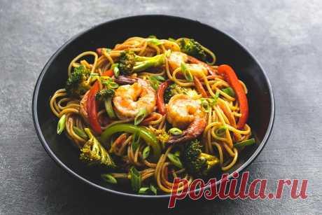 Удон с морепродуктами и овощами. Приготовь яркое и изумительно вкусное блюдо на ужин! Удон с морепродуктами и овощами - вкусное, сытное и питательное блюдо для семейного ужина. Такое угощение можно приготовить и гостям, так как оно не только впечатляющее на вкус, но и эффектно и необычно выглядит. Готовить при этом лапшу с морепродуктами и овощами довольно быстро и очень просто.